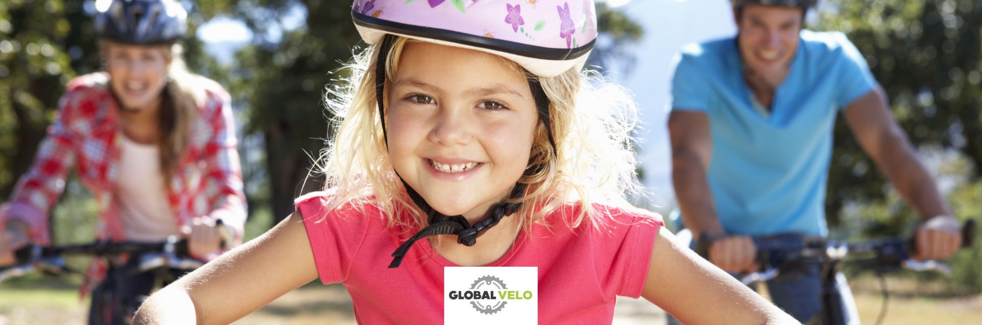 Balade en famille avec vélo enfant